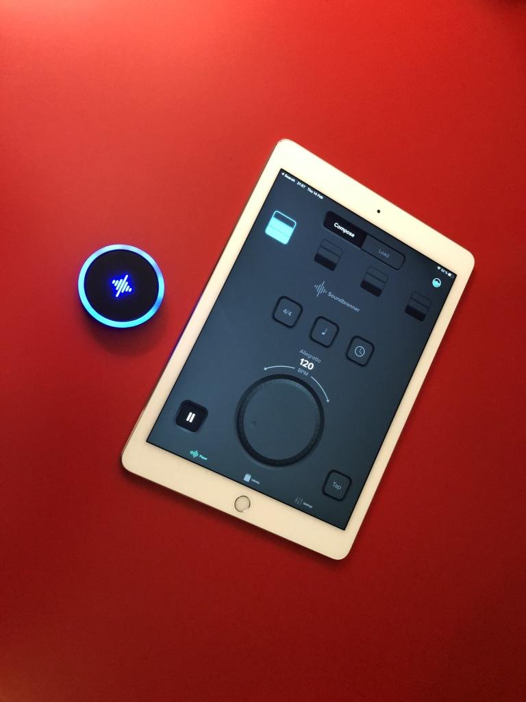 Le métronome Soundbrenner Pulse et l'application de contrôle sur iPad